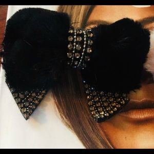 Accessories - 🎀Set of 2 rhinestone and fur hair clips🎀